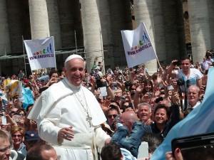 Paus Fransiskus di tengah kerumunan orang di alun-alun St. Petrus, Vatikan (Foto: Edgar Jiménez).