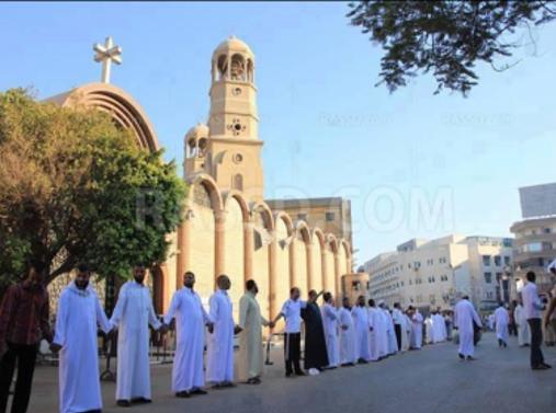 umat Muslim menjaga gereja di Mesir