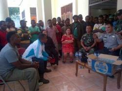 Aparat keamanan menggelar pertemuan interen antara mahasiwa Unima asal Papua dan warga Tataaran Minahasa untuk mencegah konflik berlanjut, Minggu (19/10/2014).