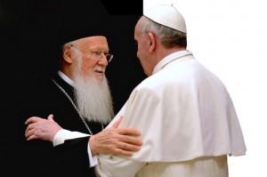 Paus Fransiskus dan Patriark Bartholomew I pada pertemuan di Yerusalem Mei lalu. (Foto: GreekReporter.com)