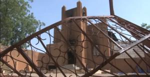 Sebuah gereja di Niger yang dibakar oleh masyarakat yang melakukan protes terhadap majalah satir Perancis. (Foto: layar diam Youtube/AFP)