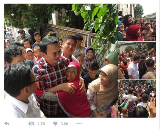 Ahok di Tweeter: Dipeluk seorang warga Ibukota. Popularitasnya telah membuat lawan-lawan politis gerah mencari cara untuk memenangkan Pilkada DKI Jakarta.